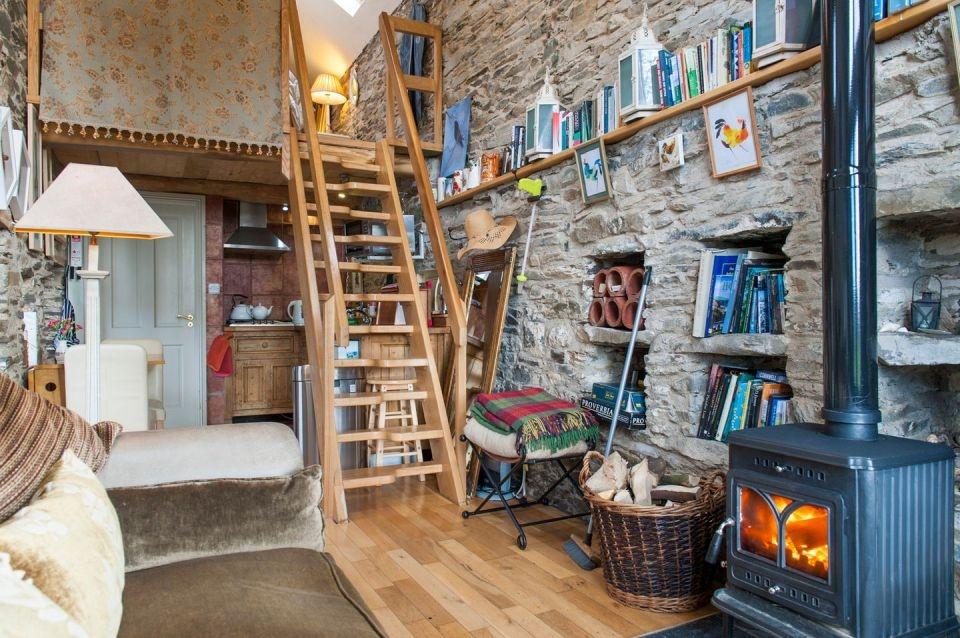 Kamennú stodolu premenili na romantickú chatu pre dvoch