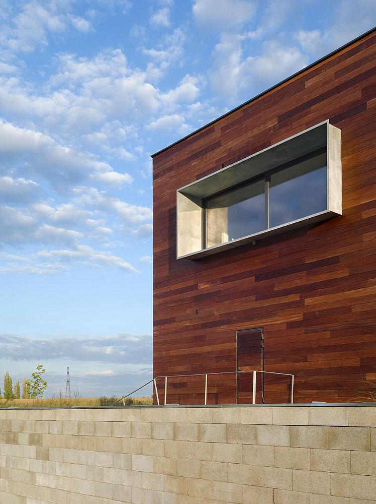 Netypický trojpodlažný dom s oblými múrmi a ostrými vlnami namiesto strechy