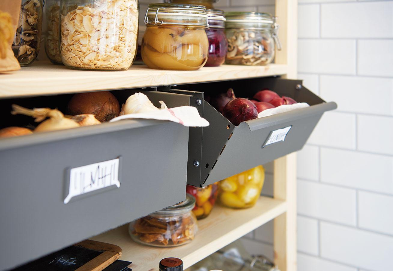 Zásuvku IVAR môžete zmontovať 2 spôsobmi – ako úplne uzavretú alebo s mierne otvoreným čelom. Rozmery 39 × 30 × 14 cm, 12,99 €, IKEA