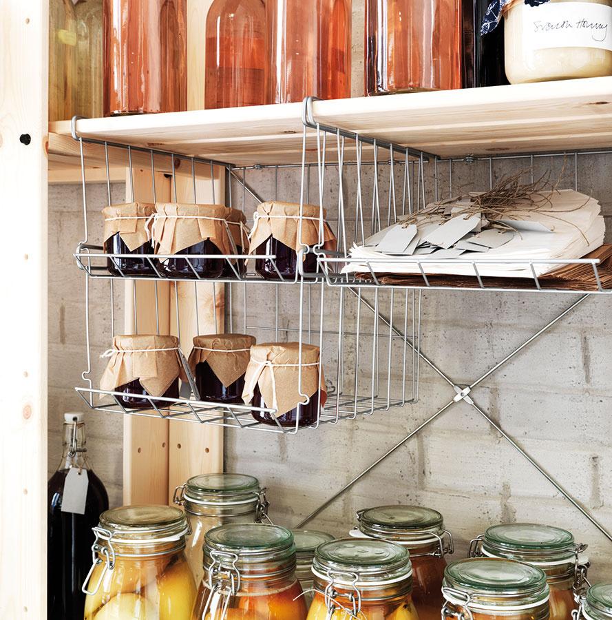 Vynikajúcim pomocníkom sú kontajnery alebo koše, do ktorých môžete uložiť napríklad čerstvú zeleninu aovocie.