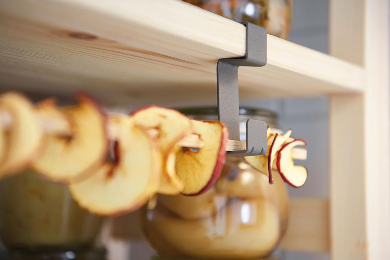Sdrobnými úpravami možno využiť každý kúsok všpajze, aj ten pred policami.