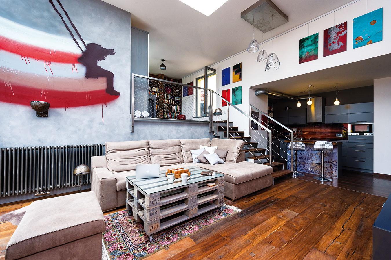 Členitý denný priestor, na ktorý nadväzujú vonkajšie terasy, tvorí podstatnú časť penthousu – strešného bytu zaberajúceho najvyššie poschodie novostavby.
