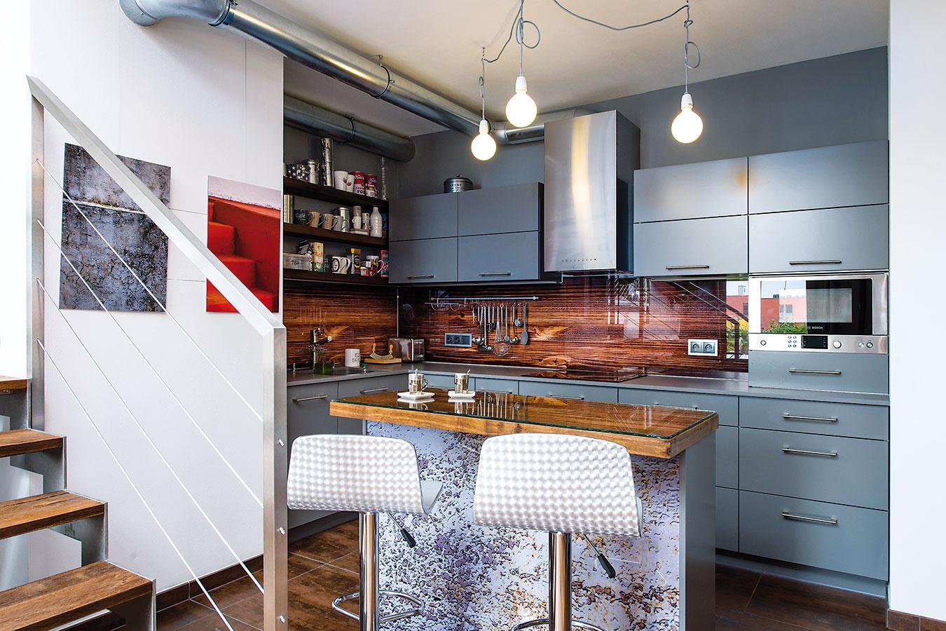 Vkuchynskom kúte. Pôvodne plánované béžové dvierka zmenila dizajnérka na sivé, vďaka čomu linka zapadla do celkového farebného konceptu interiéru.