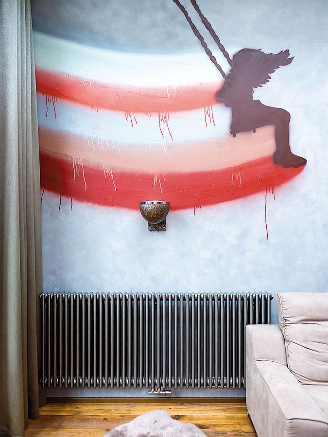 Graffiti loftu pristane avtomto byte sa mu nevyhýbali ani vobývačke. Dievčatko na hojdačke namaľoval Lukáš Kladívko podľa vlastného návrhu. Namiesto pôvodne plánovanej kópie dievčatka od známeho anglického graffiti umelca Banksyho tak dostal byt autentické dielko.