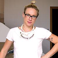 Dorotea Vejmelková  Vyštudovala odbor Arts and Sciences na Universiteit Maastricht, vroku 2006 založila spolu so sestrou Barbarou Venter prvú českú súkromnú školu interiérového dizajnu – DesignŠkolu. Vsúčasnosti sa venuje najmä navrhovaniu rezidenčných interiérov. (www.designskola.com, www.designpitch.cz )