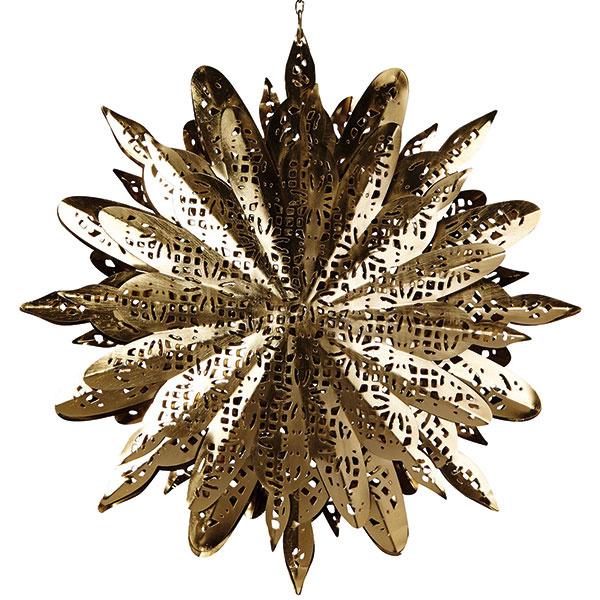Papierová hviezda vnoblesnej zlatej farbe vynikne zavesená nad stolom, vokne alebo voľne vpriestore, kde bude pôsobiť vznešene arozžiari celý priestor.