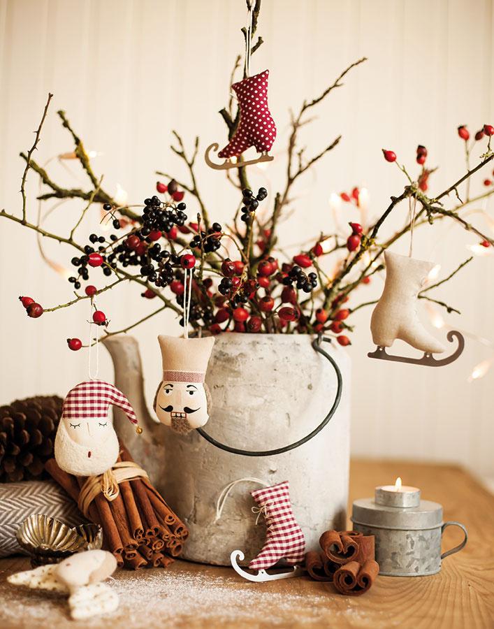 Vianočné ozdoby na zavesenie od značky Babioles, ručne vyrobené, bavlna, plsť, nehrdzavejúca oceľ, od 6 €/ks, www.sashe.sk/babioles Ľubomír Jankovič/Babioles