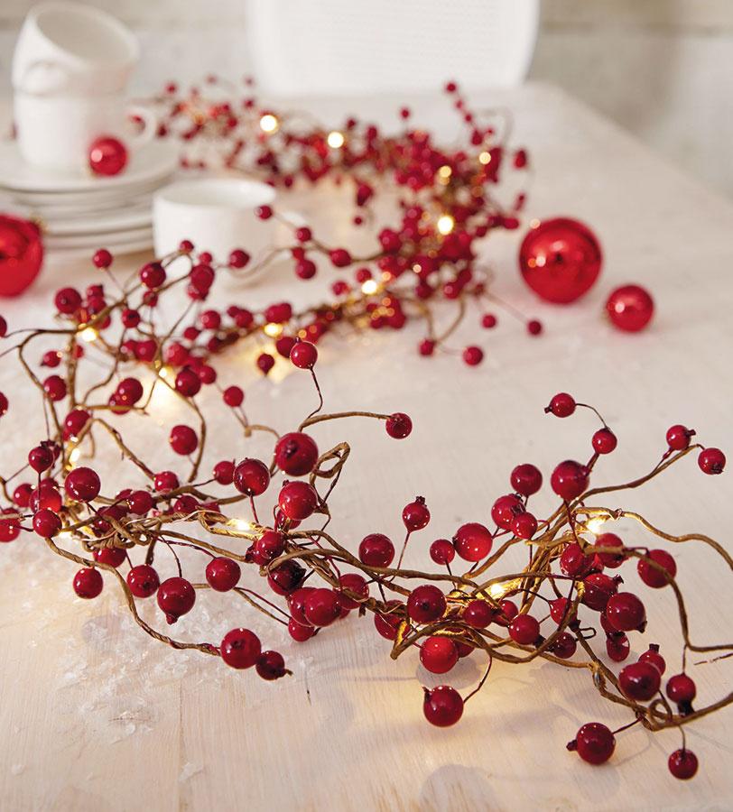 Svetielka sčervenými plodmi sa hodia nielen na zavesenie, ale aj ako pôsobivá dekorácia na stôl, ktorá ho rozžiari anavodí hrejivú sviatočnú atmosféru.