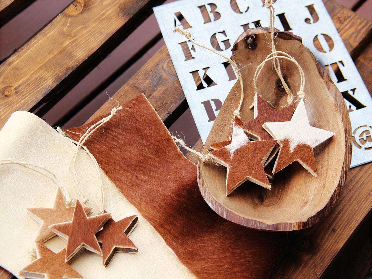 Hviezdna hovädzina. Hviezdičky vyrobené zo smrekového dreva saplikáciou zhovädzej kože vyniknú zavesené na stromčeku ako nevšedná prírodná dekorácia. Viac podobných ručne vyrobených ozdôb nájdete na www.sashe.sk/sidumilu.