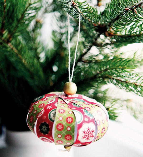 Vianočné origami. Originálna ozdoba na vianočný stromček vyrobená zpapiera, špagátu adrevenej korálky. Jednoduchá aefektná dekorácia, ktorú zvládnete vyrobiť aj sami alebo si ju môžete objednať na www.sashe.sk/ArtStore.