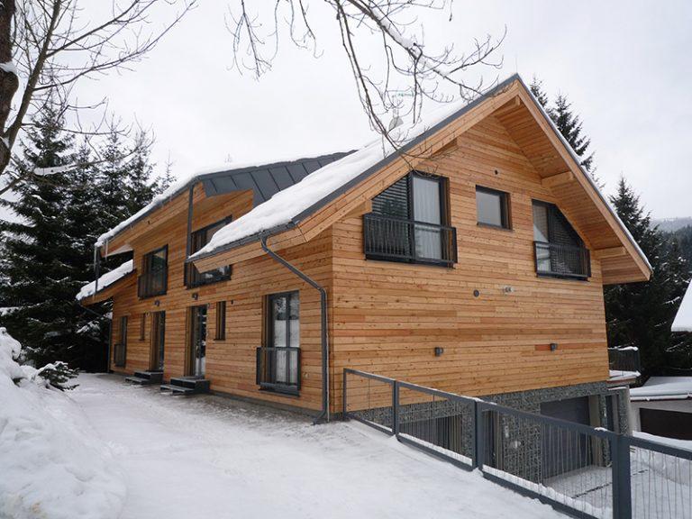 Z pôvodného lyžiarskeho dvojdomu pôsobivý rodinný dom s fasádou zo smrekovca