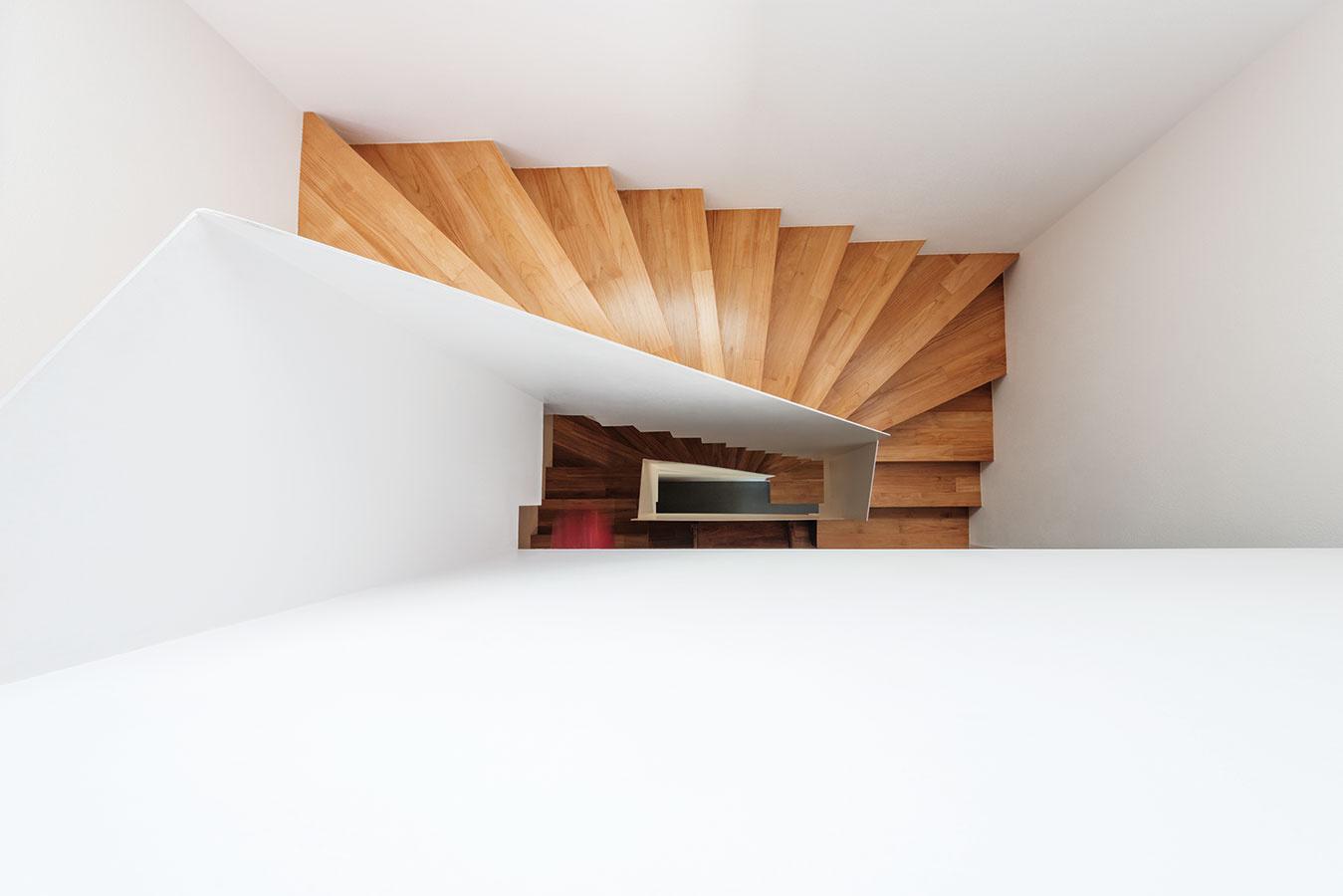 Centrálne schodisko je prvok spoločný pre oba domy. Jeho poloha prispela kminimalizácii komunikačných priestorov aracionálnemu využitiu podlahovej plochy.