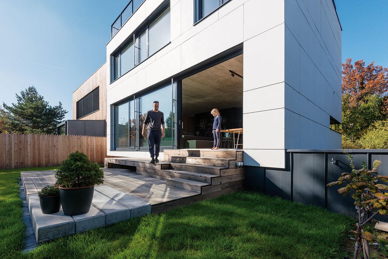 Drevená terasa, ktorá nadväzuje na denný priestor vdome aspája ho so záhradou, vyrovnáva ich vzájomný výškový rozdiel.