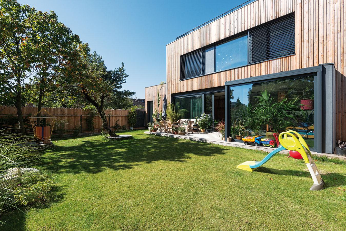Obytná záhrada je súčasťou každodenného diania aj vdruhom zdomov. Otvorený denný priestor svoľným pôdorysom, ktorý zaberá takmer celé prízemie, je sňou rovnako intenzívne previazaný cez zasklenú stenu.
