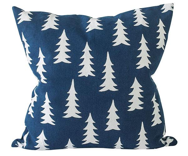 Obliečka na vankúš zbiobavlny Gran Midnight Blue od značky Fine little day, 48 × 48 cm, 34,22 €, www.nordicday.sk