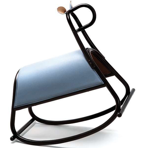 Hojdací koník Furia od štúdia Front pre Gebrüder Thonet Vienna, drevená konštrukcia akoža vrôznych farebných vyhotoveniach, 70 × 50 × 68 cm, 761,40 €, www.miliashop.com