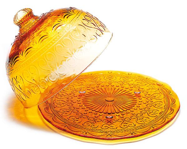 Jantárový podnos spoklopom zručne fúkaného skla od značky Zafferano, priemer 32 cm, 49,99 €, www.bellatavola.sk