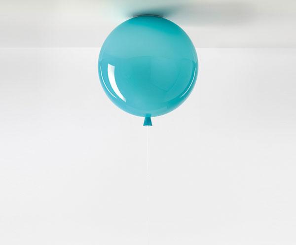 Stropné svietidlo Memory od značky Brokis vtvare balóna, dostupné vtroch veľkostiach aaj voranžovej asivej farbe, od 150 €, www.nest.co.uk