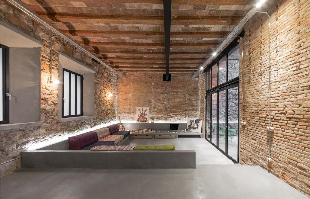 Perfektná kombinácia dreva, kameňa a surového betónu v zrekonštruovanom lofte