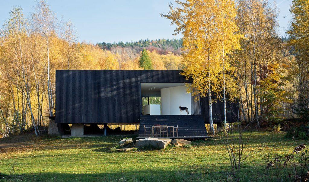 Ukrytý za stromami, chránený vodou a strmými brehmi: Prototyp rodinného domu v Posázaví