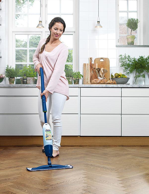 """Zaostrené na podlahy. Máte doma drevenú lakovanú či olejovanú podlahu? Keramickú dlažbu, vinyl, PVC, linoleum alebo iný typ tvrdej podlahy? Achcete ju mať rýchlo, jednoducho, anajmä efektne čistú bez toho, aby ste vdychovali rôzne chemické """"vône"""", ktoré sa odparujú po použití klasických saponátov? Vtom prípade je voľba jasná. Bona Spray Mop spraktickou otočnou hlavicou sa dostane aj na ťažko prístupné miesta ado jeho nádržky si vyberiete špeciálny čistiaci prostriedok podľa typu vašej podlahy. Predáva sa vrôznych baleniach, je ekologický ašetrný kzdraviu, takže ideálny aj do domácnosti smalými deťmi, ktoré zvyknú ochutnávať nielen prvé príkrmy, ale aj nábytok či dlážku. www.bonaspraymop.sk"""