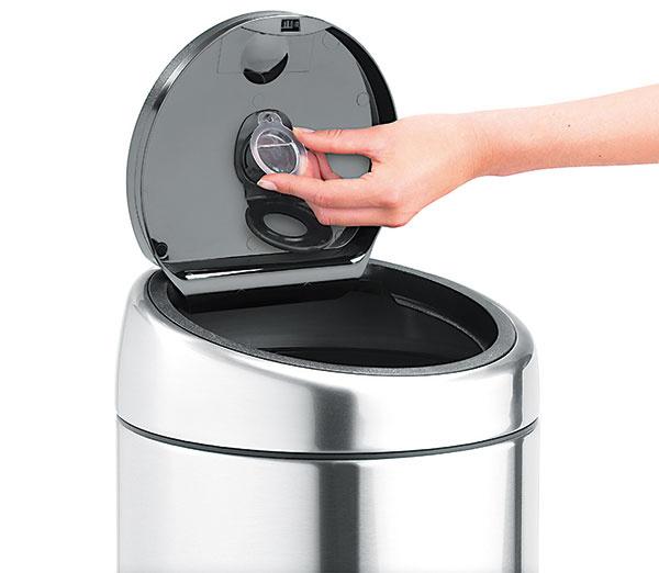 Voňavý kôš. Firma Brabantia prináša šikovné riešenie, ako sa zbaviť nepríjemného zápachu z kuchynských či kúpeľňových odpadkových košov. Membrána kapsuly zaistí štyri až šesť týždňov sviežosti a obmedzí nepríjemné pachy z odpadkového koša.
