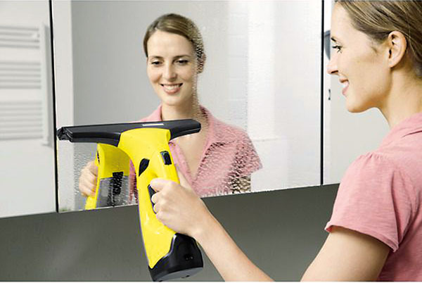 Revolúcia vumývaní okien. Inovačný akumulátorový čistič WV 2 Plus od Kärcher uľahčí čistenie aušetrí váš čas aj námahu. Kombináciou stierky, odsávania ačistiaceho prostriedku dosiahnete dokonalý výsledok bež šmúh, kvapiek anečistôt. Čistič WV má ergonomický dizajn anízku hmotnosť, takže práca sním bude ľahká apohodlná. Oceníte ho nielen pri umývaní okien, ale aj pri čistení iných hladkých povrchov, ako sú zrkadlá, obklady či sprchovací kút. Súčasťou balenia WV 2 Plus je úzka hubica, ktorou vyčistíte užšie plochy ako vitríny či vetracie okienka. Tohto šikovného pomocníka si obľúbite natoľko, že okná budete chcieť umývať oveľa častejšie, ako máte vo zvyku. www.kaercher.sk