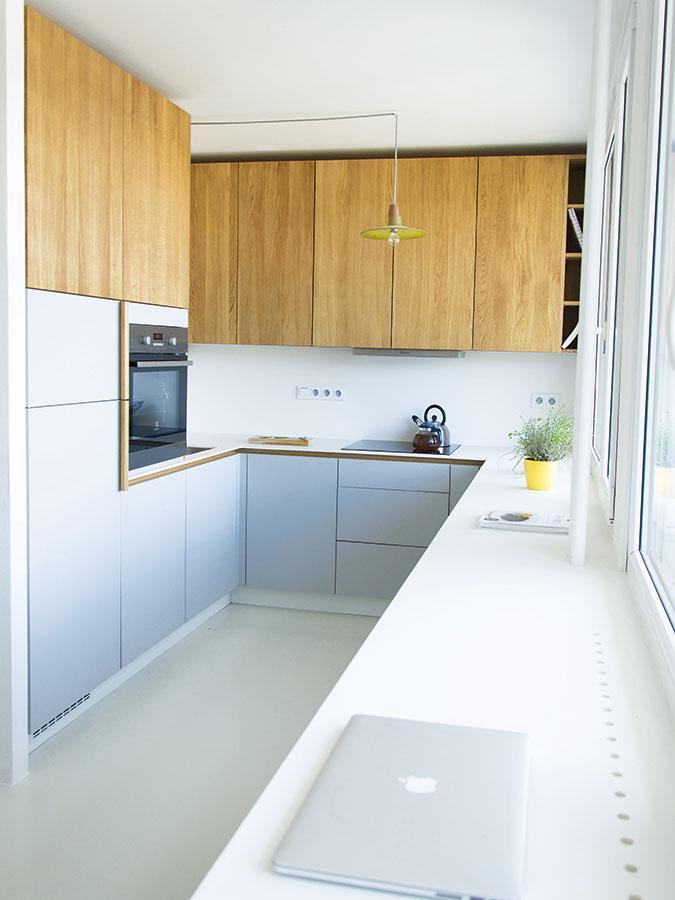 Kuchynský kút spolu sjedálenským stolom predstavujú Monikine najobľúbenejšie časti bytu. Kuchyňa vtvare písmena Usa podľa domácej panej ukázala aj ako veľmi praktická.