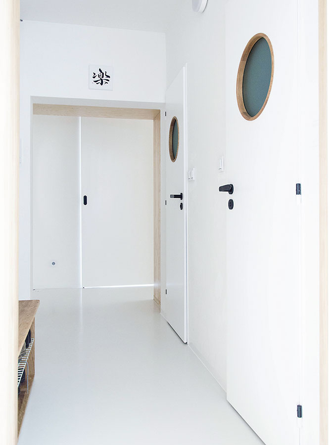 Vcelom byte sa použila svetlosivá liata podlaha. Vďaka absencii prahov pôsobí priestor ešte jednotnejšie.