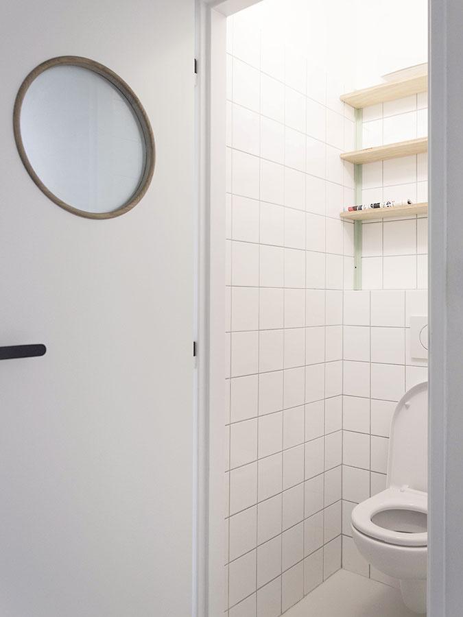 Toaletu akúpeľňu charakterizuje jednoduchý biely obklad. Menší štvorcový formát pôsobí moderne asúčasne retro.