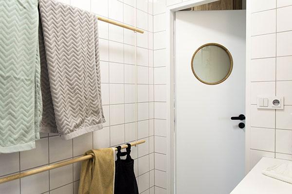 Zaujímavým spestrením kúpeľne je vešiak na uteráky, ktorý tvoria drevené tyče apevnejší špagát.