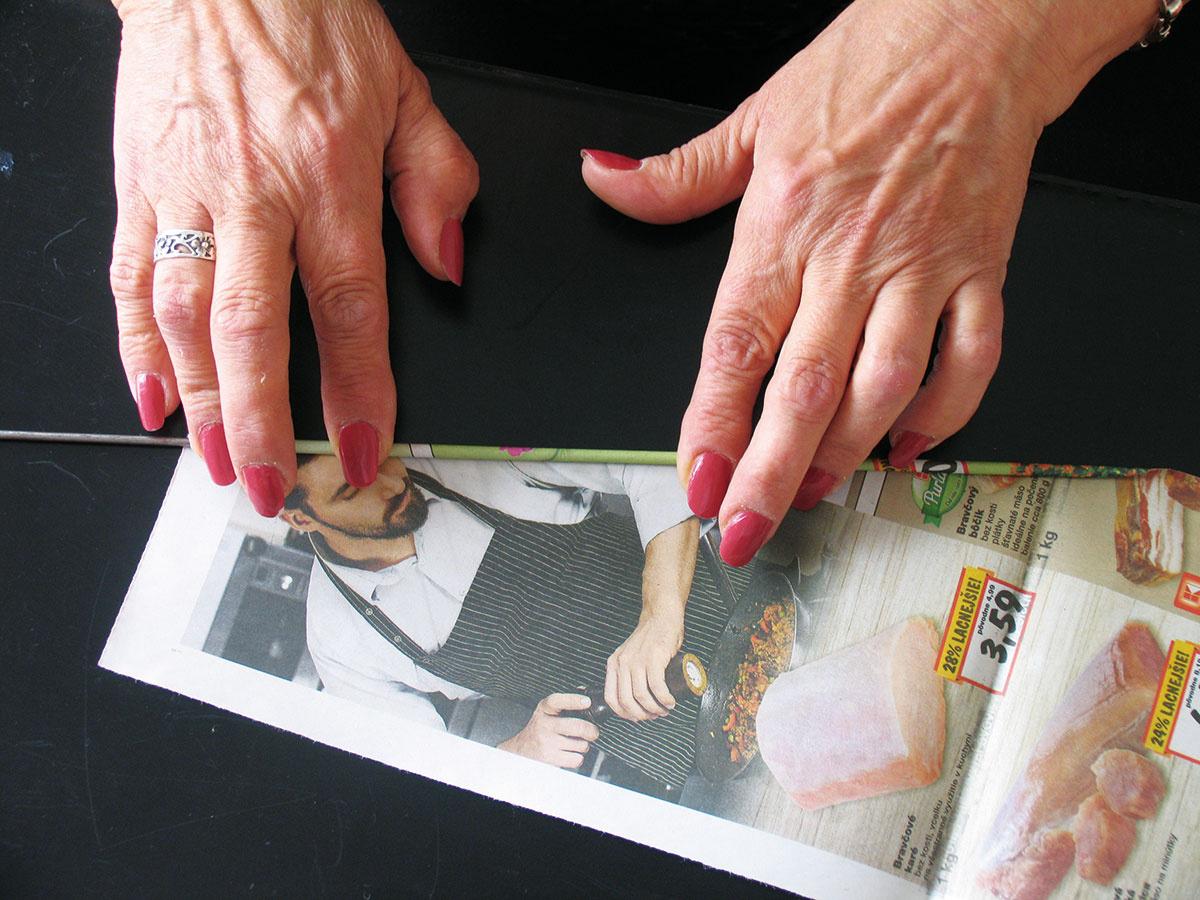 Najskôr si pripravte dostatok materiálu na pletenie. Drôt alebo ihlicu uložte mierne šikmo na noviny azmotajte ich do rúrky tak, aby biely okraj vytvoril biely povrch. Drôt by nemal siahať po koniec papiera, aby mali rúrky jeden koniec trochu tenší. Náprotivný roh novín natrite lepiacou tyčinkou, aby sa vám rúrka nerozmotala, keď ju stiahnete zdrôtu.