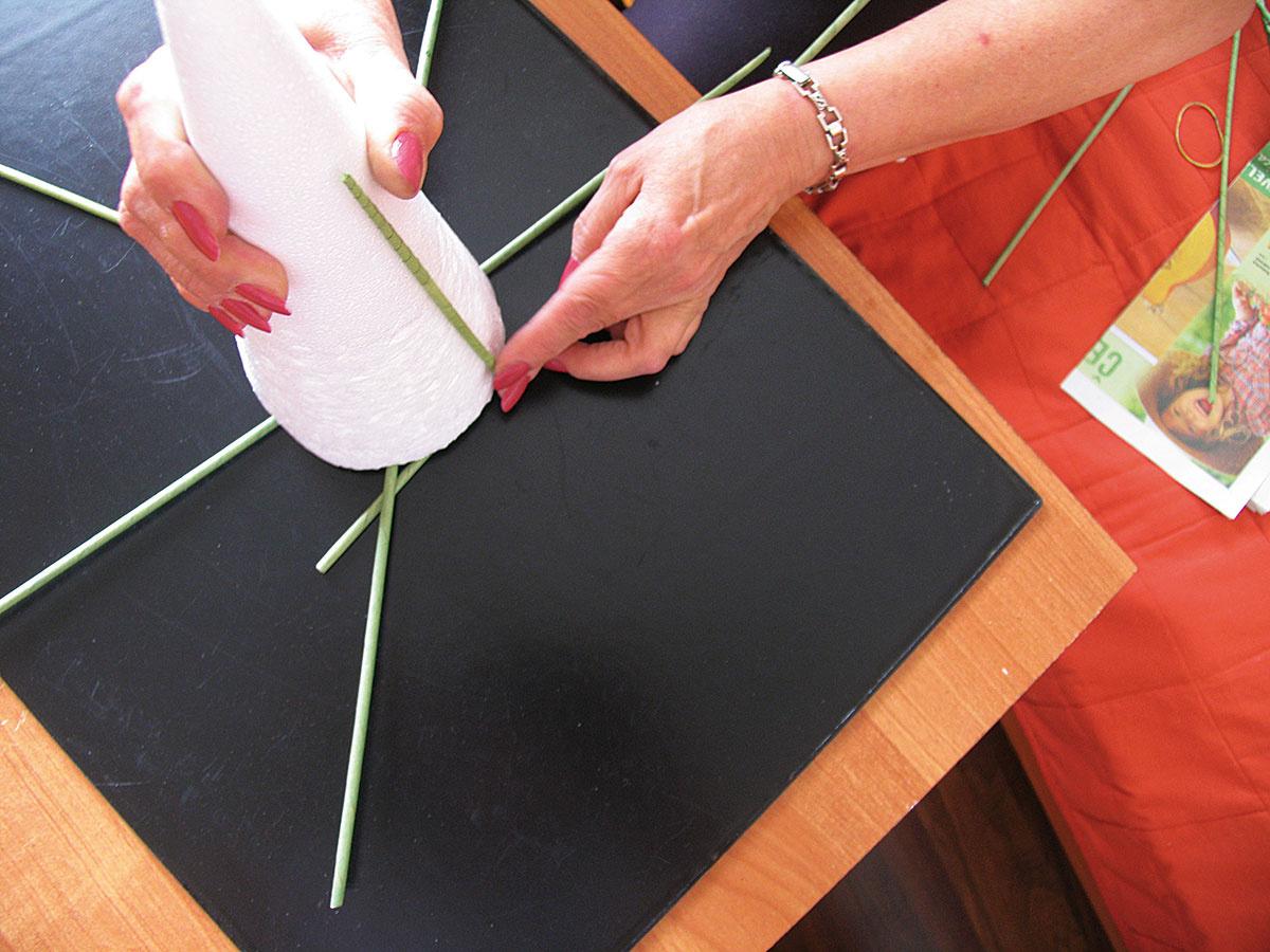 Na rúrky položte formu vtvare kužeľa azačnite sopletaním – lúč pod začiatočnou rúrkou zohnite dohora aveďte okolo kužeľa ponad nasledujúci lúč. Ten opäť ohnite dohora apokračujte dookola od lúča klúču.