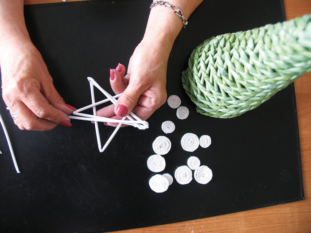 Ozdoby môžete vyrobiť zbielych papierových rúrok.
