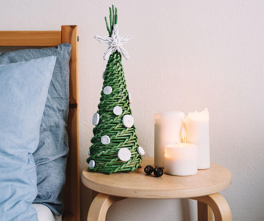 Pletený papierový stromček navodí vianočnú atmosféru aj tam, kde nie je miesta nazvyš