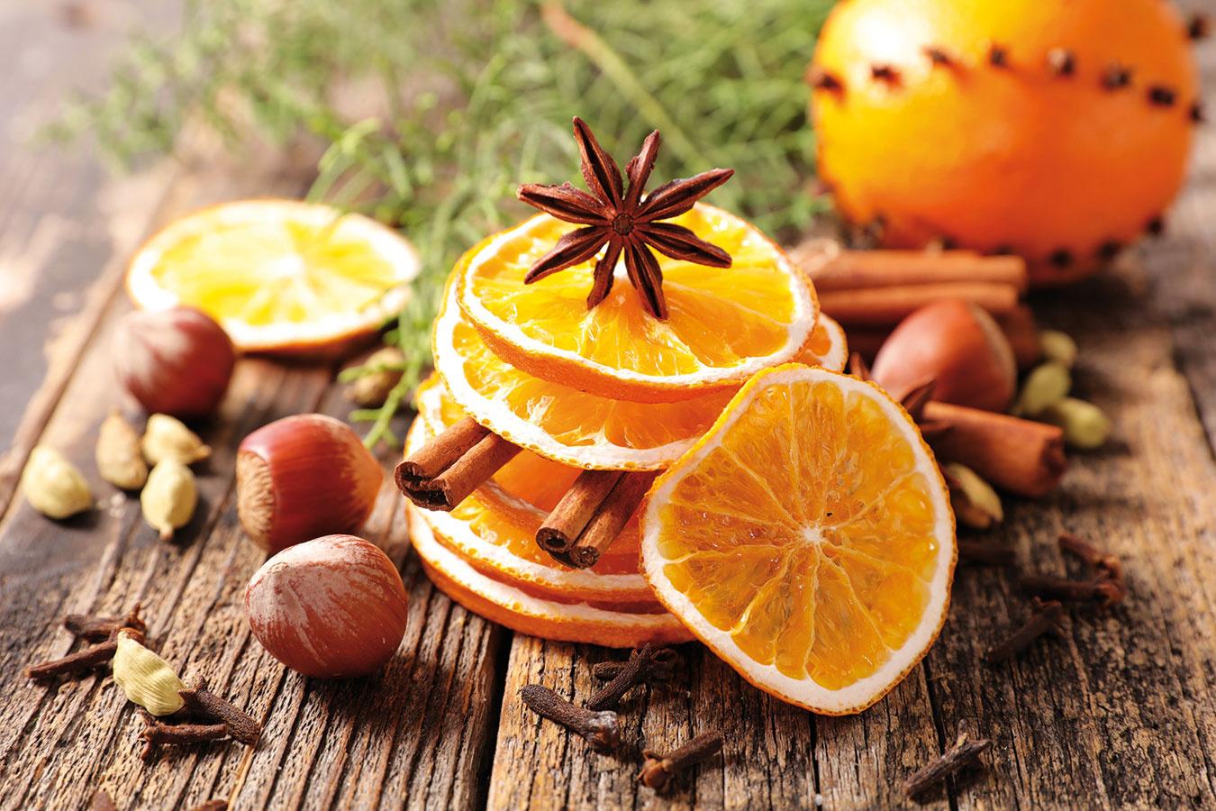 Stromček môžete ozdobiť aj sušeným ovocím alebo tradičným vianočným korením – badiánom azväzkami škorice – prípadne mašličkami zo stužiek či cestovinami. Na Vianoce sa fantázii medze nekladú.