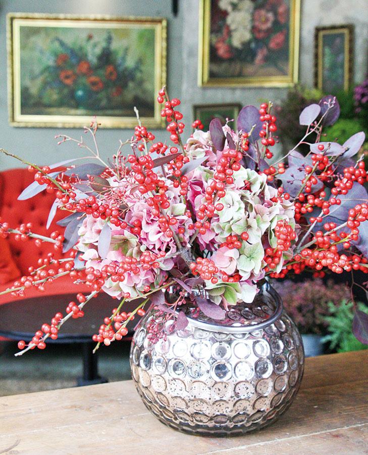 Aranžmán, ktorý svojou farebnosťou váš domov zaručene opticky prehreje. Skúste skombinovať cezmínu (Ilex), hortenziu (Hydrangea) a populus (Populus) a nezabudnite na metalickú vázu alebo inú dekoratívnu nádobu, ktorá mu dodá slávnostný punc.