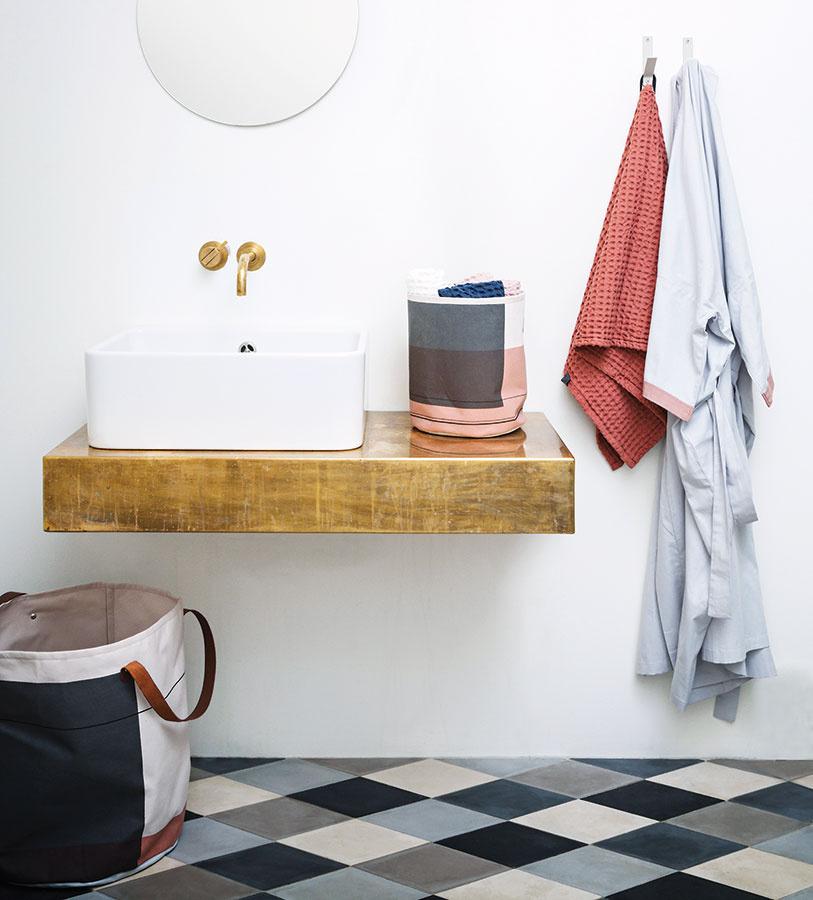 Textilný kôš z organickej bavlny s koženými ušami na uteráky alebo iné kúpeľňové poklady. Rozmery 40 × 60 cm. (www.fermliving.com)
