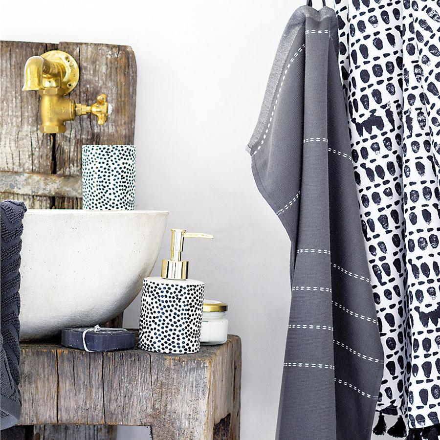 Porcelánový zásobník na mydlo sčierno-bielym bodkovaným vzorom azlatou pumpičkou zplastu. Priemer 6,5 cm, výška18 cm. (Predáva H&M Home.)