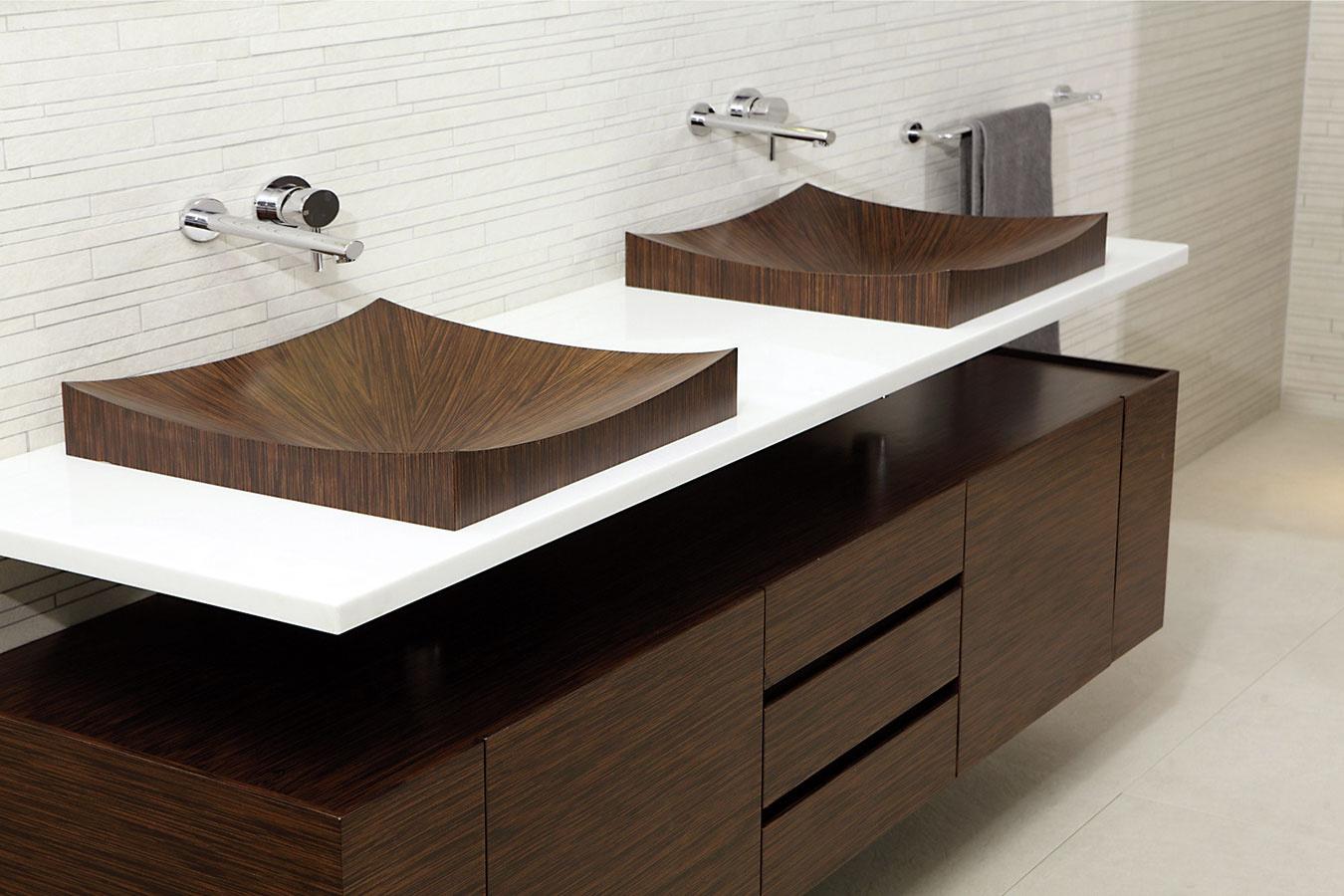 Švajčiarske drevené umývadlo značky aLegna je vďaka špeciálnemu postupu výroby nepriepustné a odolné proti baktériám. Môže sa čistiť bežnou špongiou a čistiacim prostriedkom. (www.travert.sk)