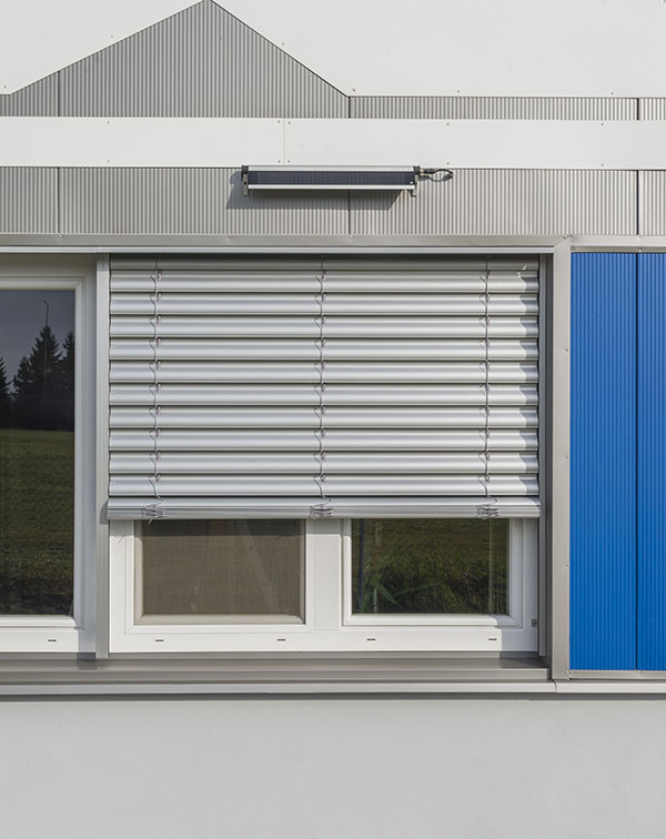 Solárny článok možno umiestniť na fasádu alebo priamo na krycí box žalúzie.