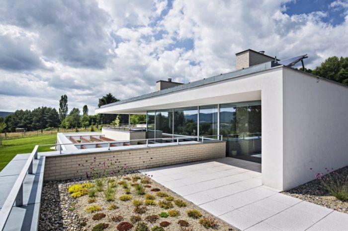Moderný rodinný dom s plochou strechou na idylickom pozemku