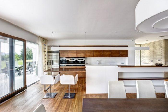 Celému prízemiu udáva tón krásna dvojvrstvová tíková podlaha. Tíková dyha bola použitá aj na nábytok vrátane kuchynskej linky, dverí a vybavenie kúpeľní.
