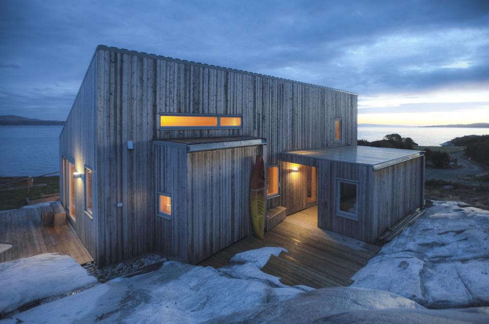 Na úchvatnom mieste si svojpomocne postavili netradičnú chatu z dreva!