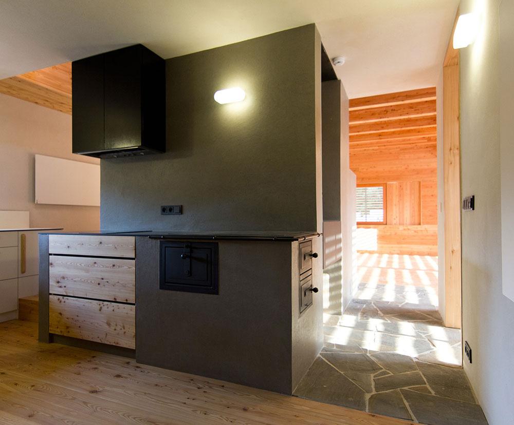 Víkendový dom ako dva domy v jednom: jeden kamenný, druhý drevený!
