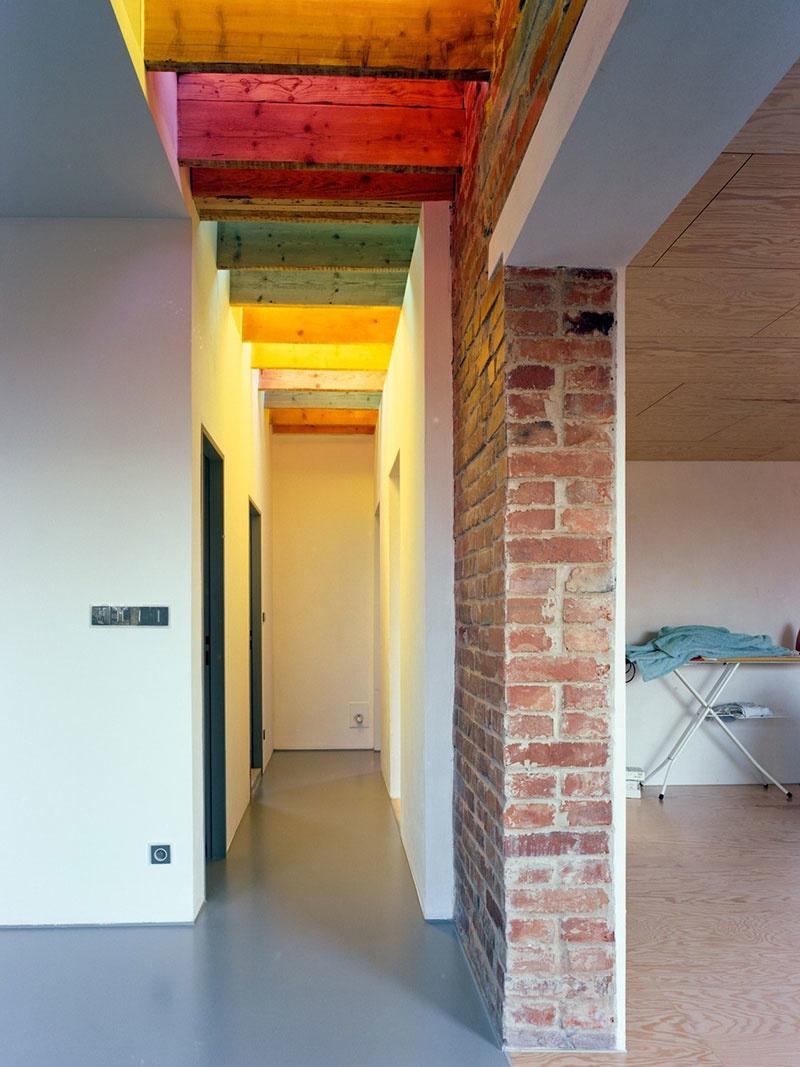 Obrátený dom v Zlíne: Takto pestro vyzerá interiér baťovského poldomu