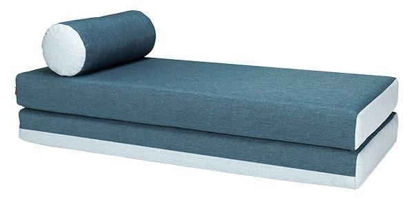 Dulox je štýlová leňoška, z ktorej ľahko vytvoríte spanie pre návštevy. Stačí len dať oba matrace vedľa seba. Do vankúša môžete odložiť periny a mať ich tak neustále k dispozícii. 455 €, www.bonami.sk
