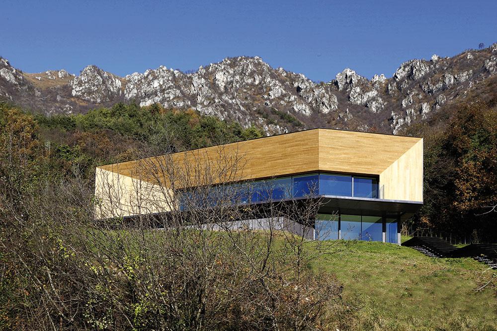 Odvážny dom v horách: Súkromie chráni svah a tvar písmena C