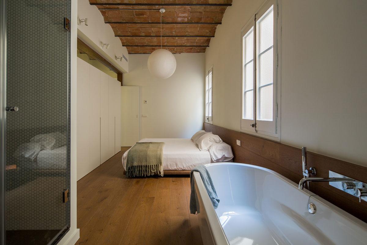 Vzdušný a elegantný byt, v ktorom architekti veľmi atraktívnym spôsobom využili zrkadlenie