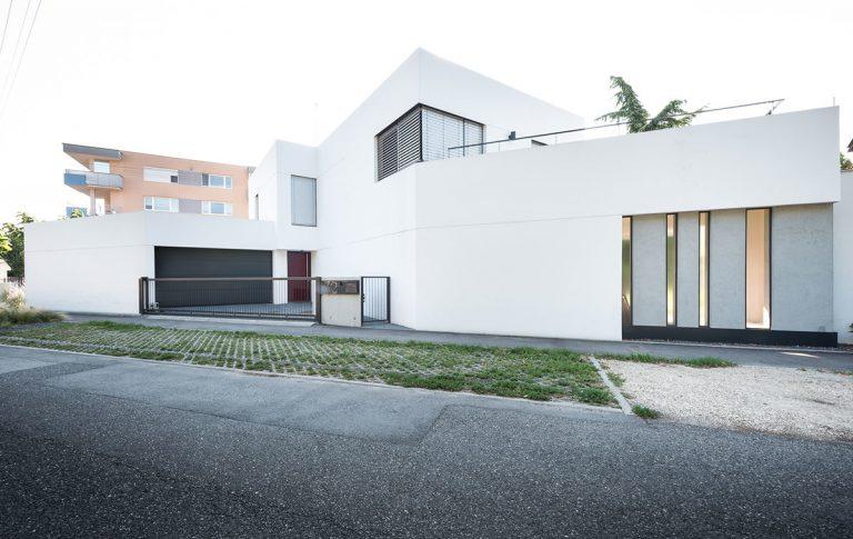 Trojuholníkový pozemok v Prievoze využili do posledného centimetra! Výsledkom je atypický dom s bielymi kubusmi